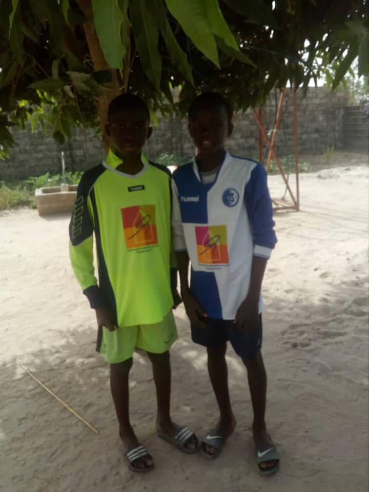DTS Ede schenkt shirts aan team in Gambia